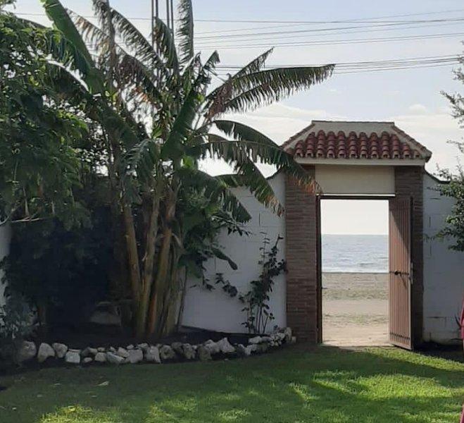 VILLA EN PRIMERA LÍNEA DE PLAYA, location de vacances à Rincon de la Victoria