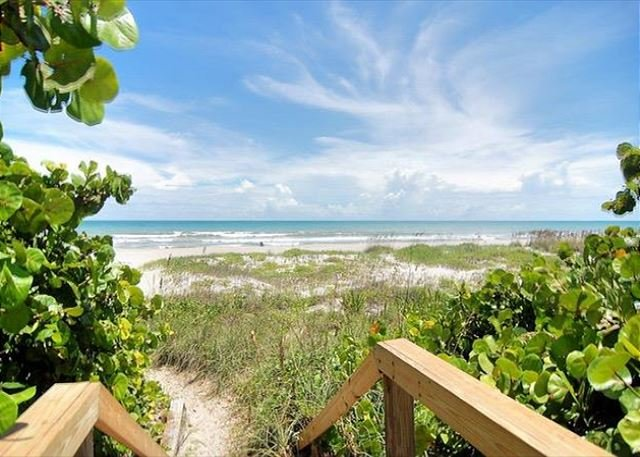 2 Bedroom Remodeled Beachfront Condo!, alquiler vacacional en Cocoa Beach