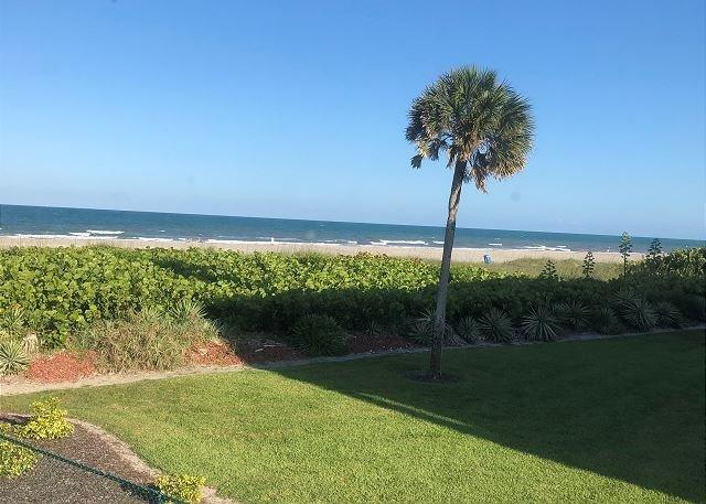 Remodeled 2 BR CLOSEST to Beach Condo!, casa vacanza a Cocoa Beach