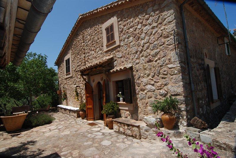 Casa rural de piedra en Olivar. Fornalutx. Limpieza y Seguridad, holiday rental in Sa Calobra