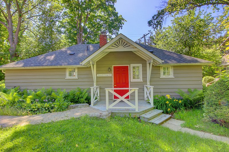 leacock cottage in forest, one mins walk to access beach, vacation rental in Georgina