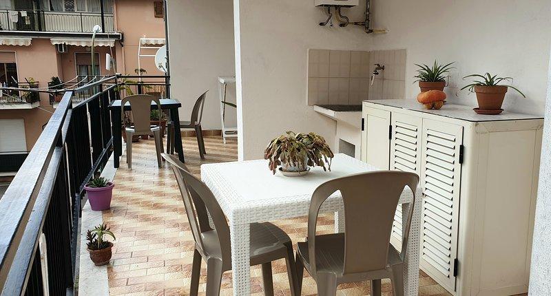 Appartamento centrale con ampio terrazzo, casa vacanza a Santa Domenica Talao