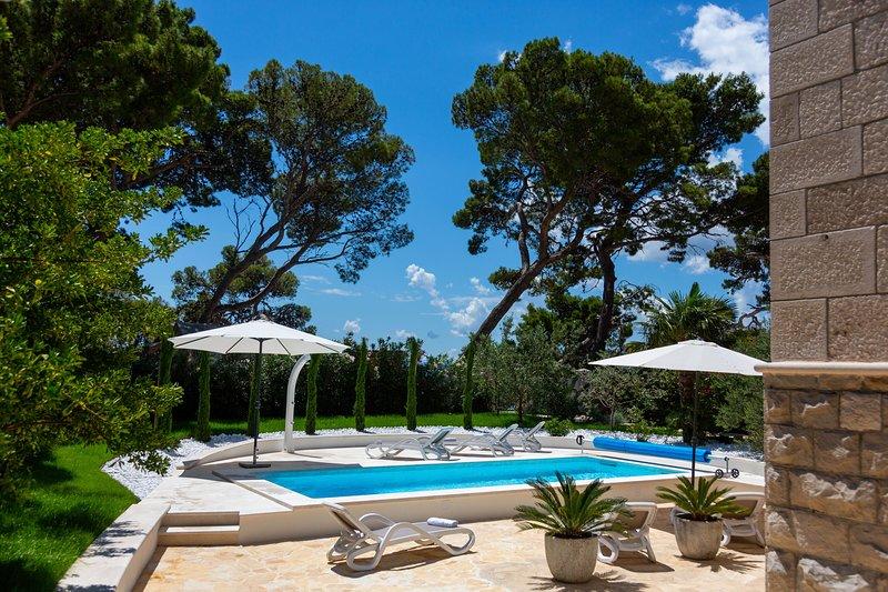 Villa Toma - Beachfront Villa with heated private pool, alquiler de vacaciones en Brela