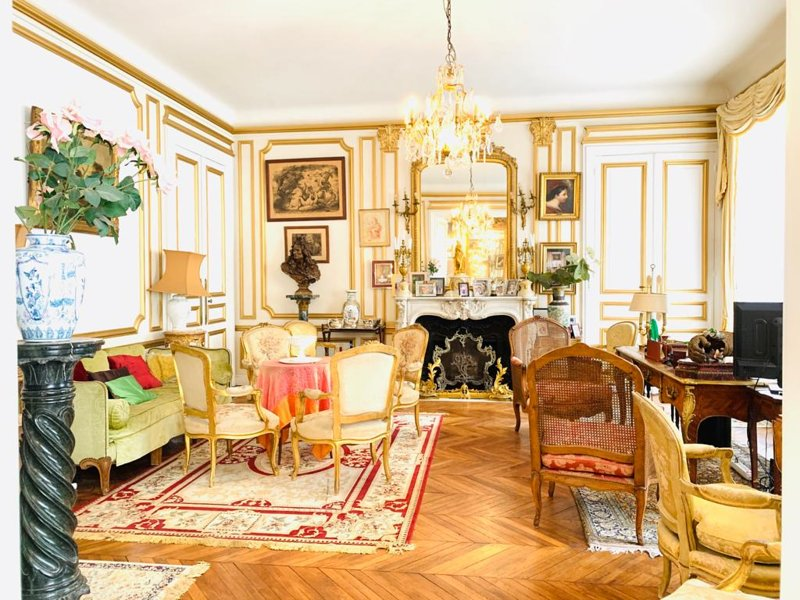 Une chambre Bed & Breakfast avec salle de bain et salon privatif, holiday rental in Bobigny