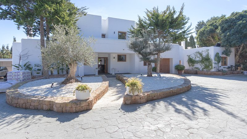 Colonia de Sant Jordi Villa Sleeps 12 with Pool Air Con and WiFi - 5805603, holiday rental in Es Codolar