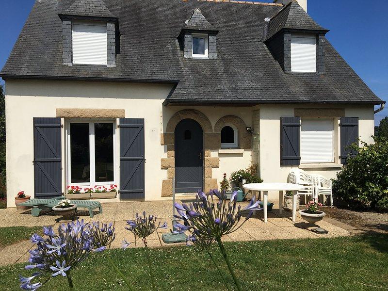 'Ti Run aven' - Maison traditionnelle bretonne spacieuse à proximité des plages, holiday rental in Plufur