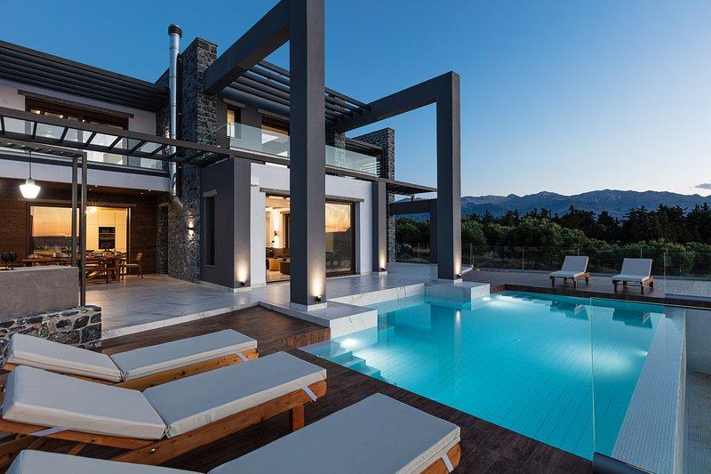 Olea Villa -  Luxe Getaway with Infinity Heated Pool & Spa area, Full Privacy!, location de vacances à Almyrida