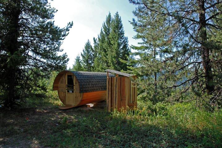Barrel Cabins at Jewel Creek Organic Farm, vakantiewoning in Grand Forks