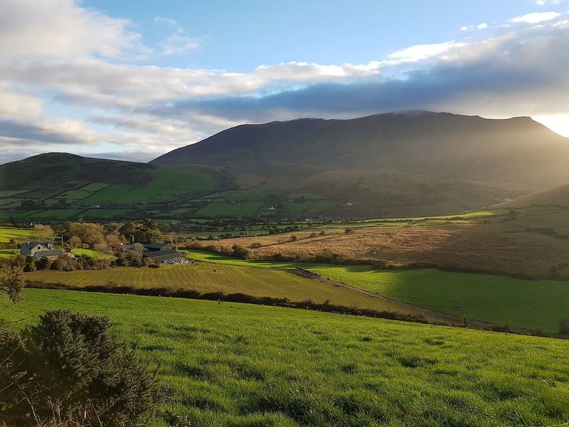 Lovely 2-Bed Farm Cottage with Views, holiday rental in Dingle Peninsula