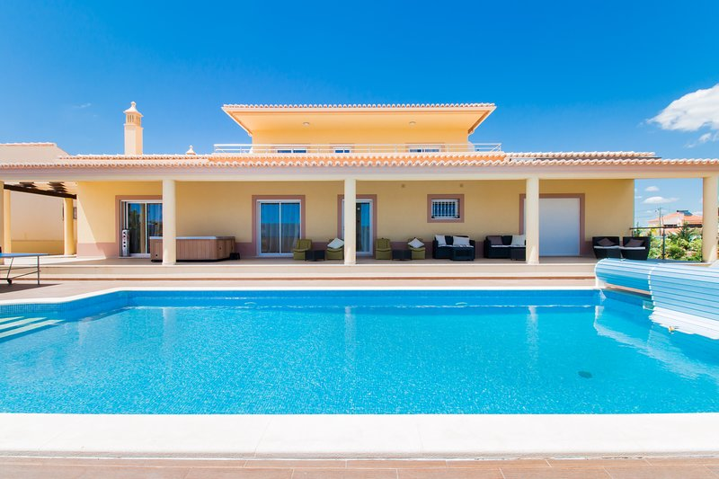 Luxurious V5 w/heated pool and Jacuzzi, alquiler de vacaciones en Faro District