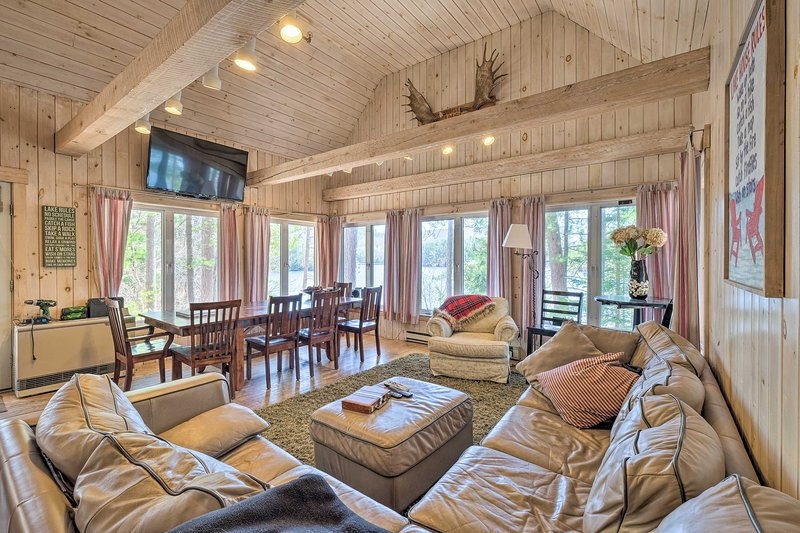 NEW! Quiet Waterfront Cabin w/ Dock & Game Room!, alquiler de vacaciones en Bryant Pond