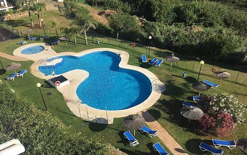 Jardin y playa en Manilva, holiday rental in Torreguadiaro