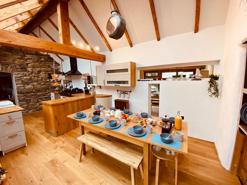 Unique holiday home near Bantry - with hot tub / sauna / grill hut, casa vacanza a County Cork