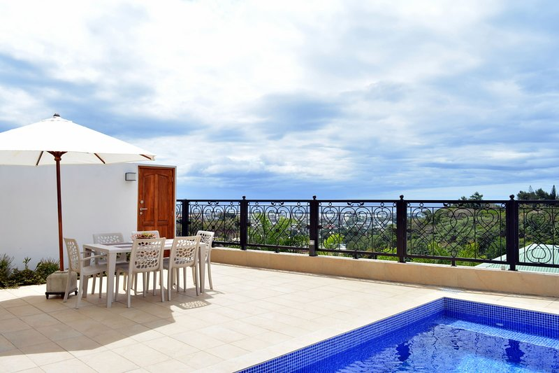 Pape'Ora Villa - Papeete - 4 bdr - A/C - WiFi - pool & sea view - 7 pers, vacation rental in Society Islands