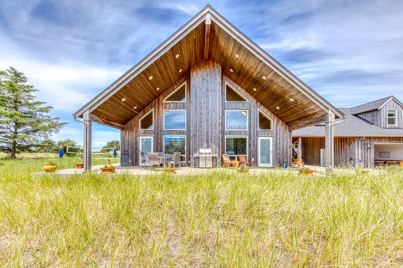 Custom Cedar Home with a view, Hot tub, 70' TV, vacation rental in Nahcotta