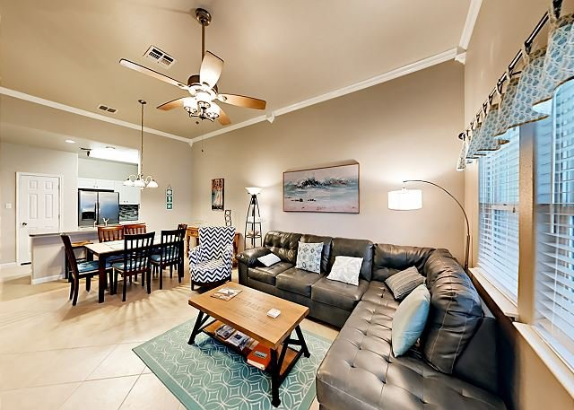 Serene Coastal Condo with Pool Views - Walk to Beach, location de vacances à Port Aransas