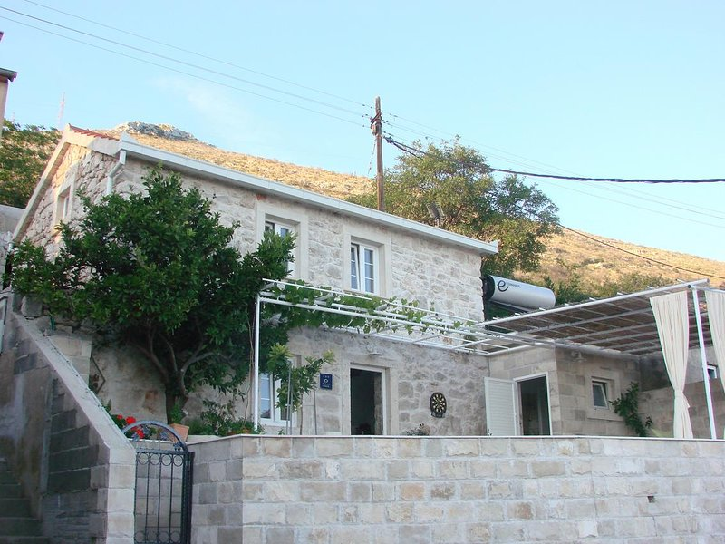 Podstup Holiday Home Sleeps 4 with Air Con - 5841864, holiday rental in Donja Vrucica