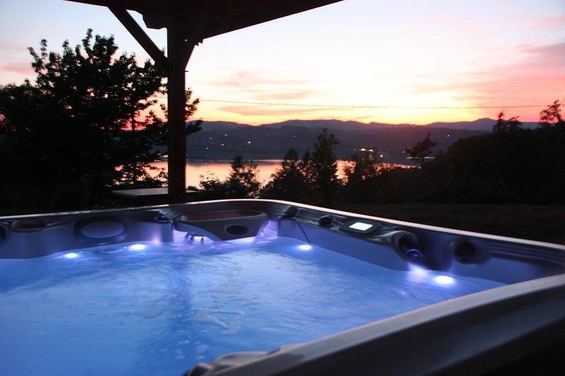 Gîte 4*, 10 pers + SPA, vue lac, à 2 min du lac, location de vacances à Lepin-le-Lac