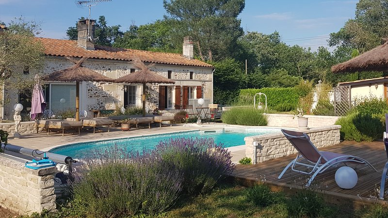 Nice house with shared pool & Wifi, holiday rental in Montguyon
