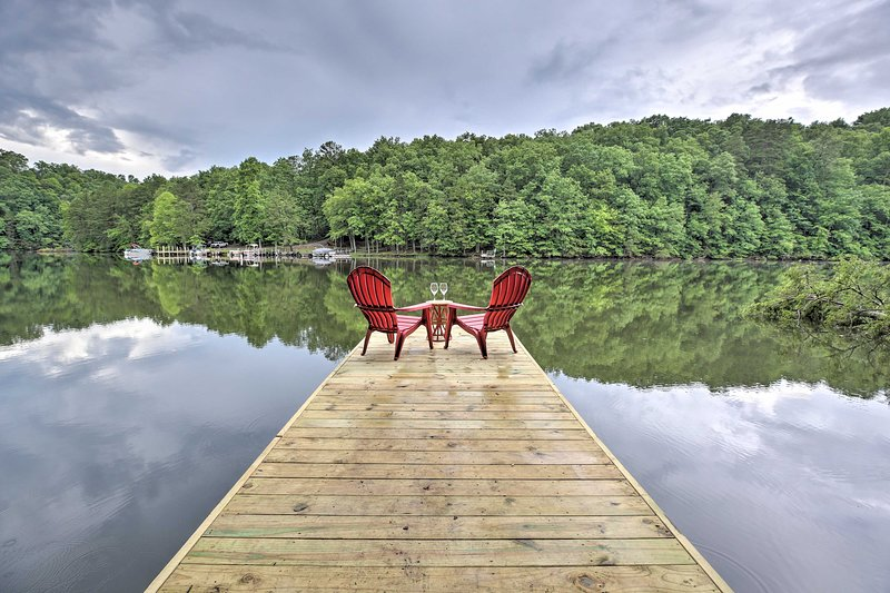NEW! Lakefront London Gem w/Fire Pit, View & Decks, holiday rental in Fall Rock