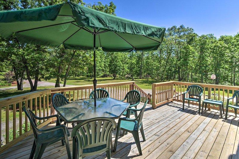 NEW! Wisconsin Dells Family Home w/Fire Pit & BBQ!, casa vacanza a Mauston