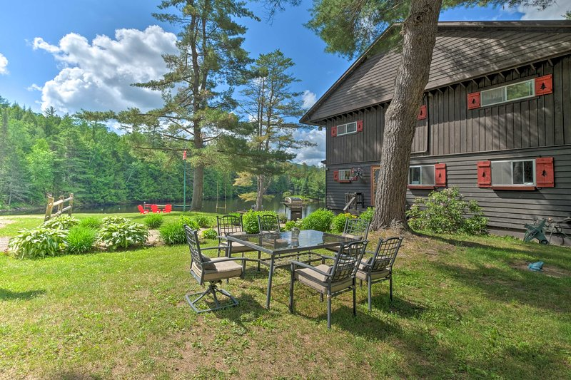 NEW! 'Alderbrook Lodge' in Bolton w/ Private Lake!, holiday rental in Brant Lake