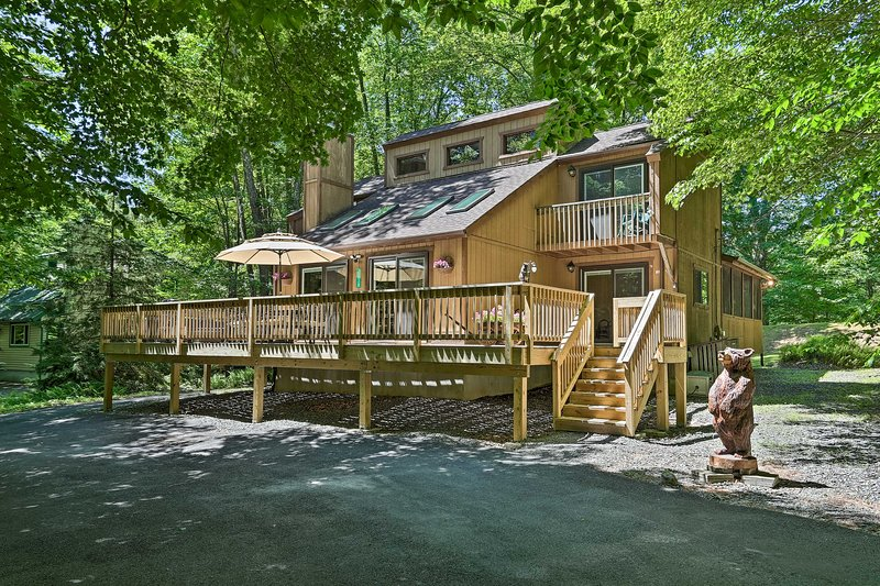 'Bear Den' Rustic Mountain Getaway with Game Room!, vacation rental in Pocono Lake
