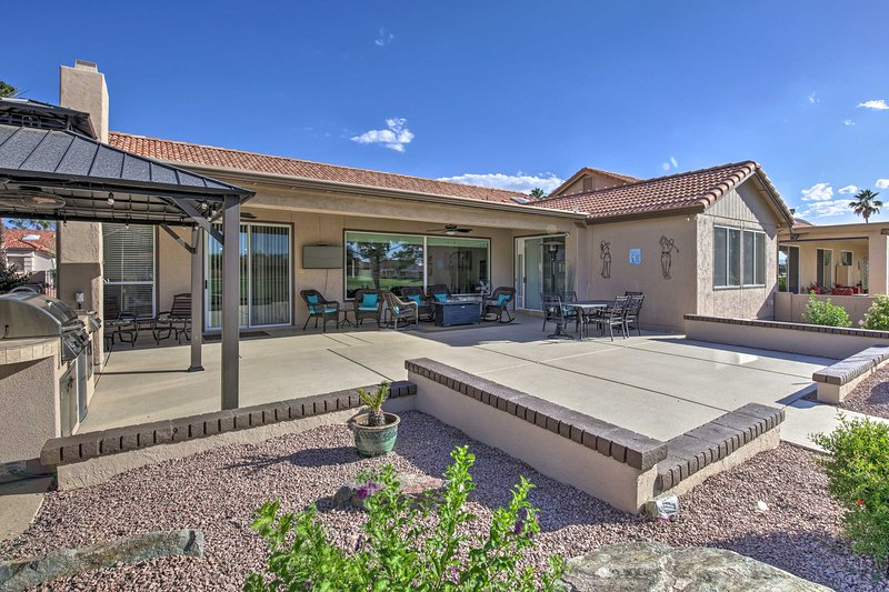 NEW! Modern Palo Verde Country Club Home w/ Patio!, aluguéis de temporada em Sun Lakes