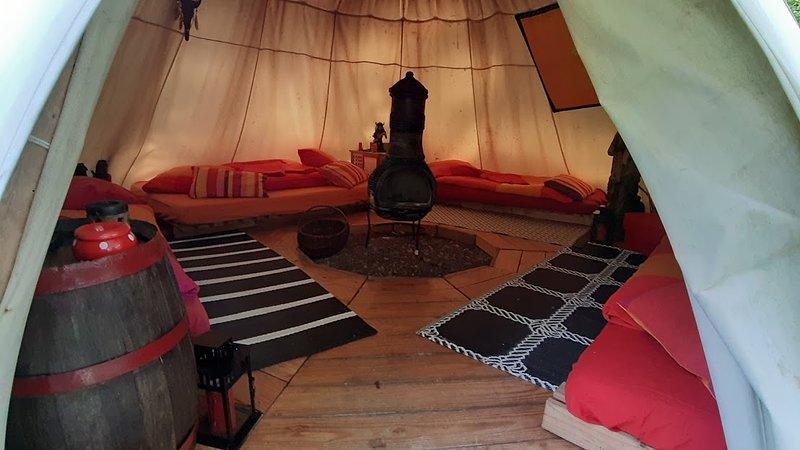 Le TIPI PARROTIA pour famille, autour du poêle pour vous réchauffer et chanter, location de vacances à Saint-Gatien-des-Bois