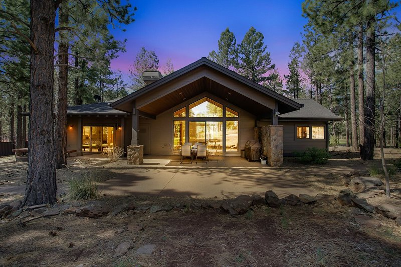 Flagstaff Ranch Golf Stunner. Two Fire Pits and a Massive Fireplace Sleeps 8!, vacation rental in Flagstaff