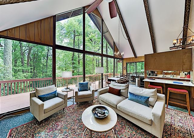Chalet-Style Home w/ 2 Decks & Sunroom - Heated Pool Access & Amenities, alquiler de vacaciones en Rosman