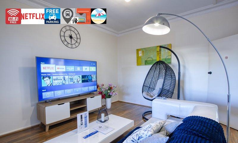 ⭐⭐⭐⭐⭐Entire House w/ plenty Parking:Wi-Fi, 75 Inch TV,  Netflix, Train, Beach, casa vacanza a Windang