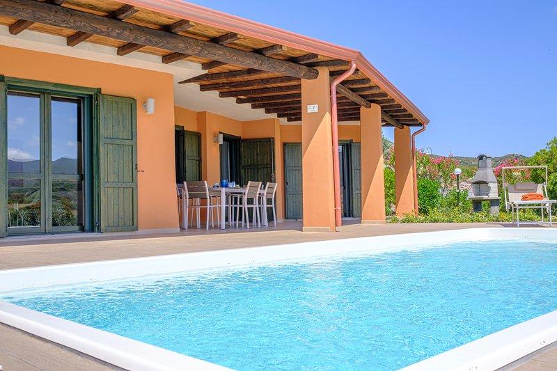Raffinata villa con piscina per amanti del design nella splendida baia di Chia, casa vacanza a Domus de Maria
