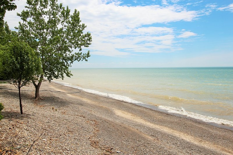 Waterfront Charmer - Close to Long Beach Conservation Area, vacation rental in Port Colborne