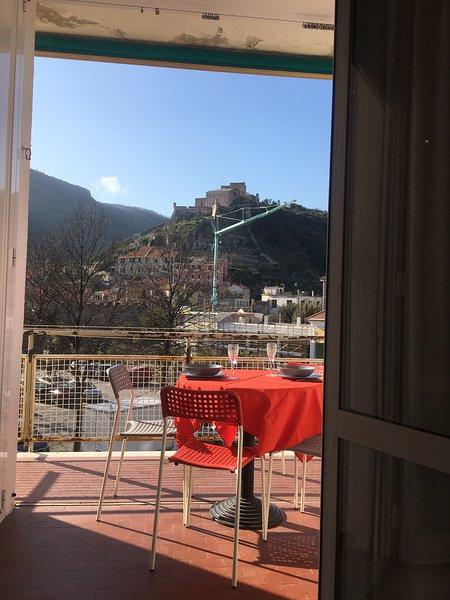 Appartamento appena fuori dalle antiche mure di Final Borgo, vacation rental in Finalborgo