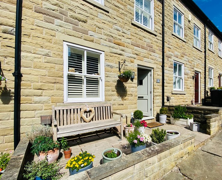 Bolly Cottage-Bollington's Pet Friendly Holiday Let inc Parking & self check in, holiday rental in Rainow