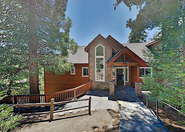 Custom Timberline Lodge with Fireplaces, Decks & Pool Table | Near Lake, aluguéis de temporada em Cedarpines Park