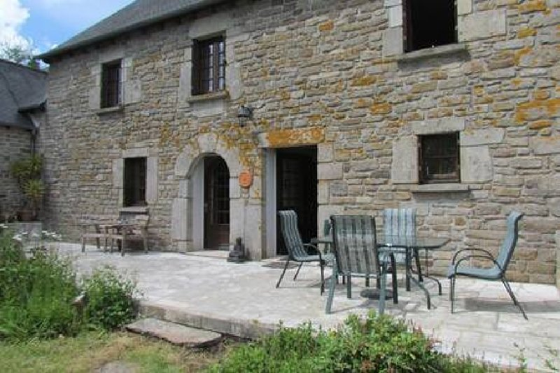 LARGE STUNNING FARMHOUSE  RURAL SETTING, holiday rental in Loudeac