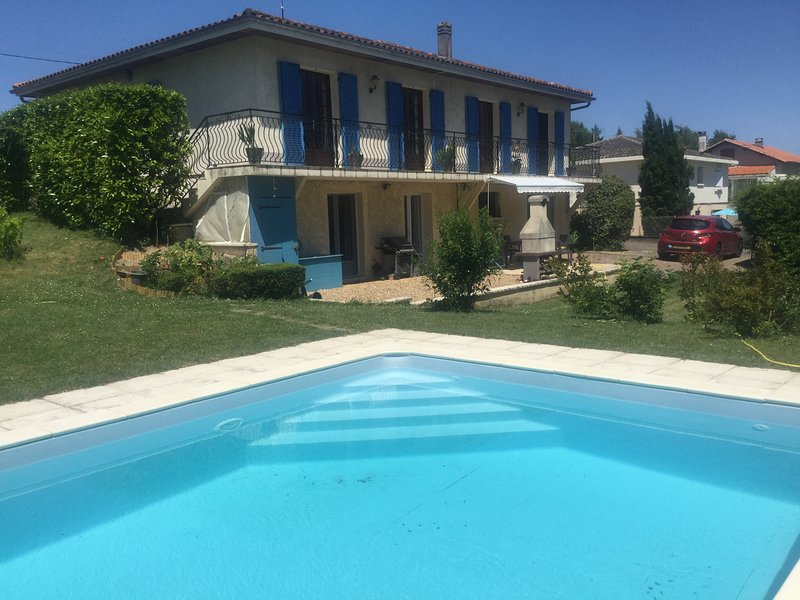 Modern 2 bed gite with pool & garden in St Romain near Aubeterre sur Dronne., aluguéis de temporada em Charente