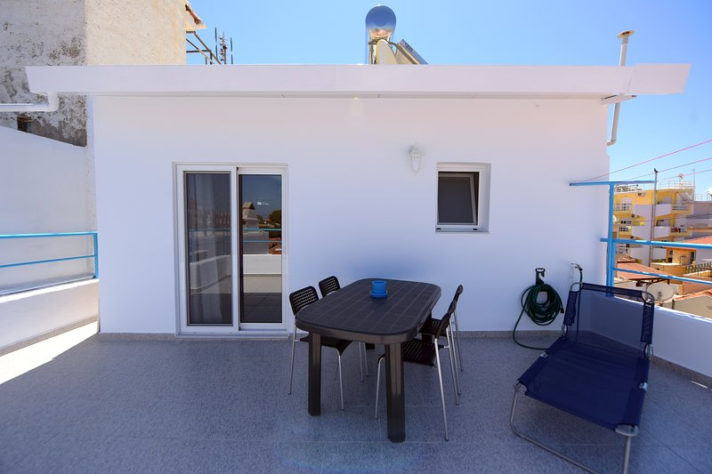 Happy Days Home Studio/Penthouse, holiday rental in Paradeisi