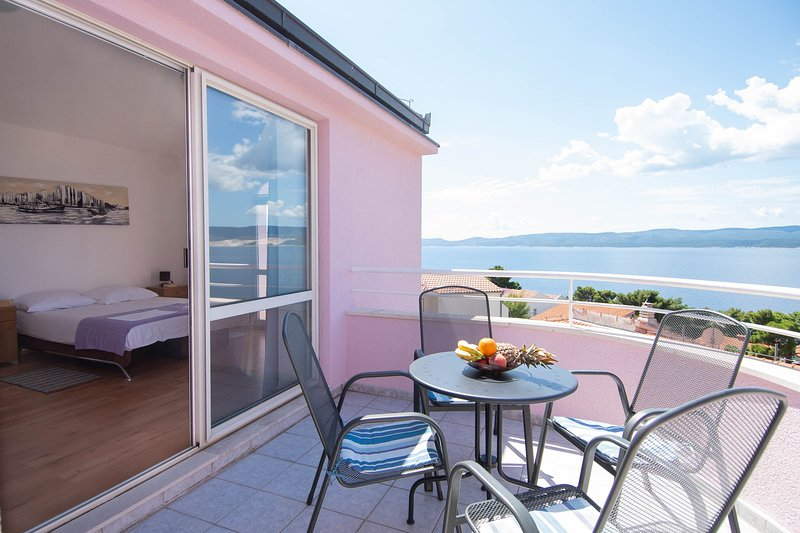 Charming apartment with a pool and sea view, alquiler de vacaciones en Omis