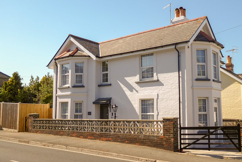 Carriers Cottage, located in the heart of Shanklin close to restaurants & beach, location de vacances à Shanklin