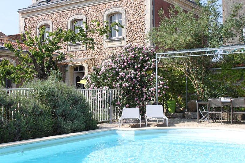 LA VILLA DES ROSES AUX PORTES DU MARAIS POITEVIN, location de vacances à Saint-Jean-de-Beugné