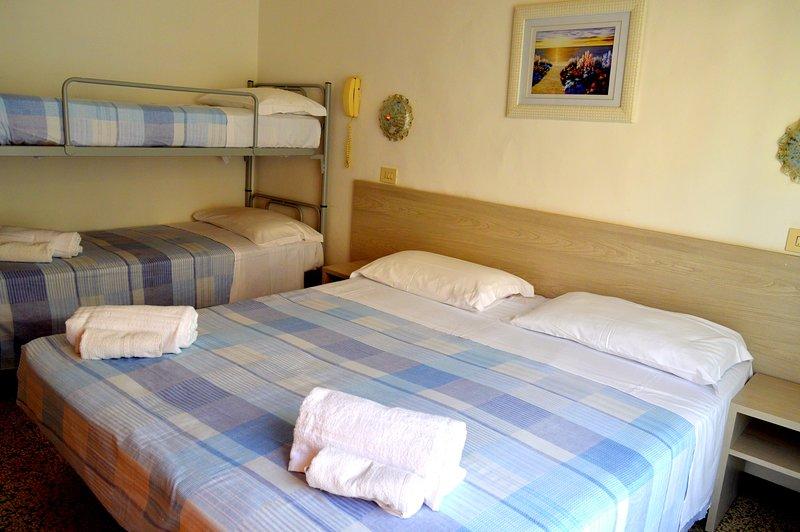 New Hotel Cirene Big Quadruple Room 4 people with breakfast, aluguéis de temporada em Rivabella