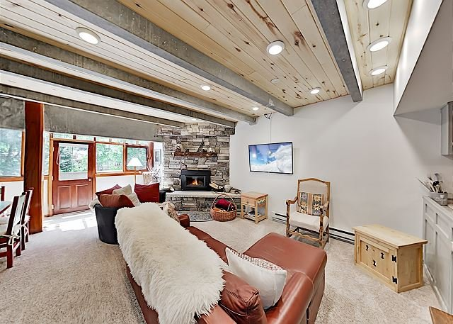 Luxe Slopeside Condo: Balcony, Fireplace & Covered Parking, holiday rental in Taos Ski Valley