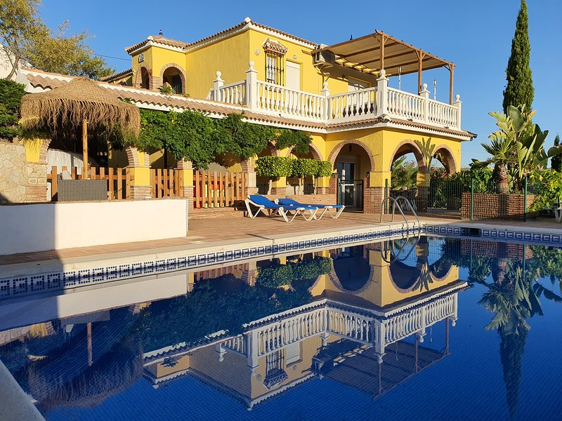 Private luxury Spanish family friendly villa with large private swimming pool., holiday rental in Comares