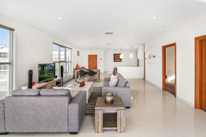 Modern Unit With Balconies Near Melbourne Airport, casa vacanza a Tullamarine