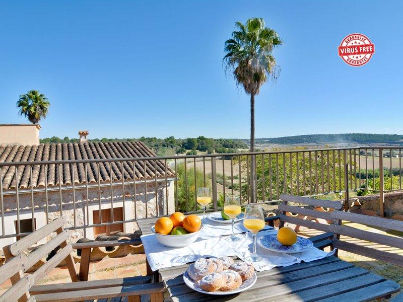 Mallorca town house with terrace sleep 6pax, location de vacances à Lloret de Vistalegre