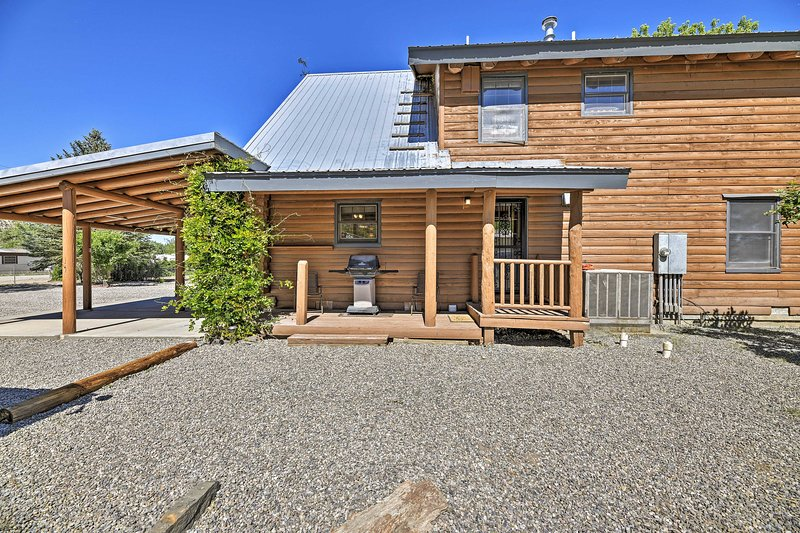 'Cottonwood Cabin' w/ Private On-Site Fly Fishing!, holiday rental in Flora Vista