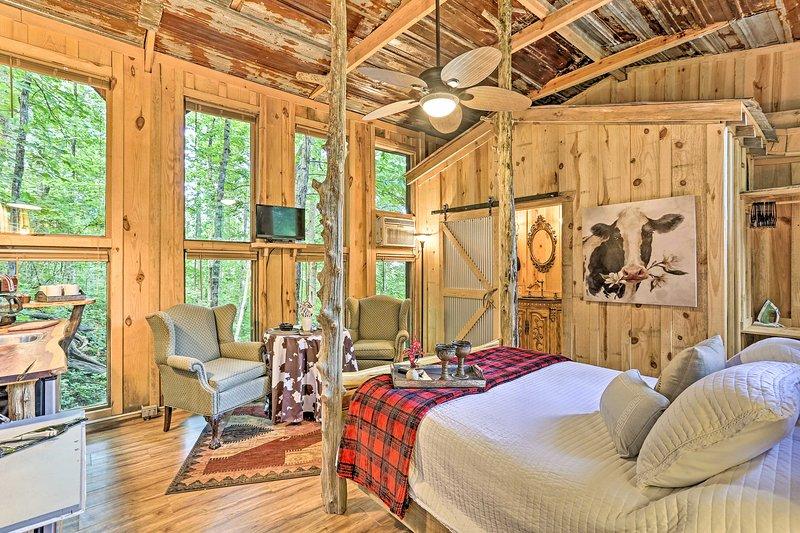 NEW! Intimate Treehouse Retreat for 2 by Mentone!, location de vacances à Pisgah